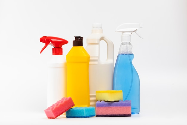 Arrangement avec des produits de nettoyage et des éponges colorées