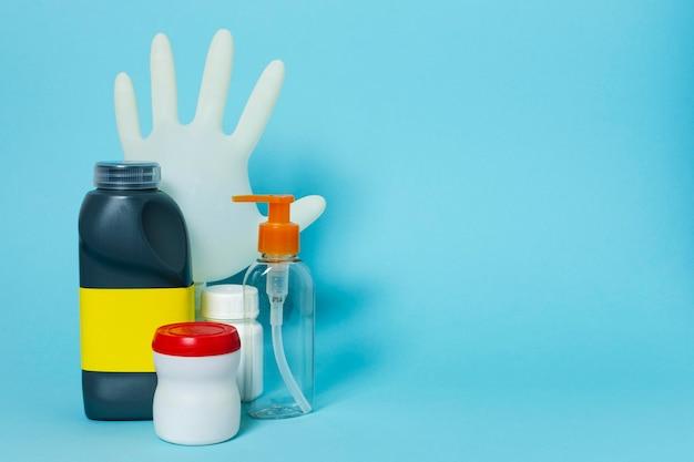 Arrangement avec produits sanitaires et espace copie