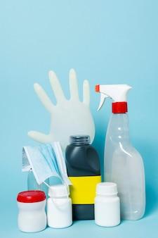 Arrangement avec des produits sanitaires