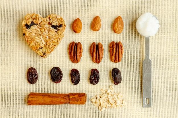Arrangement de raisins secs et noix