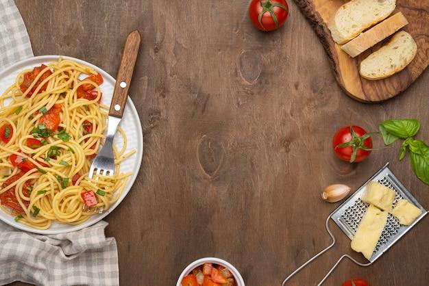 Arrangement de repas de cuisine locale avec espace copie