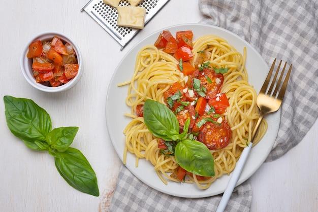 Arrangement de repas de nourriture locale à plat