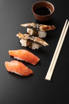 Arrangement de repas de sushi à angle élevé