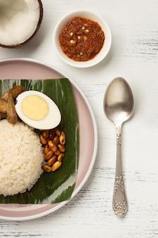 Arrangement de repas traditionnel nasi lemak