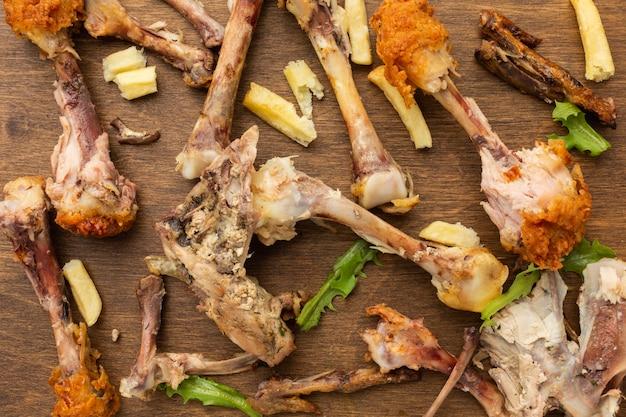Arrangement de restes de pilons de poulet