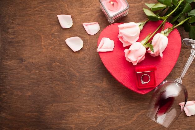 Arrangement romantique à plat avec espace de copie