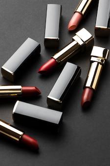 Arrangement de rouges à lèvres à angle élevé