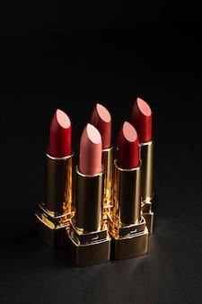 Arrangement de rouges à lèvres rouges à angle élevé