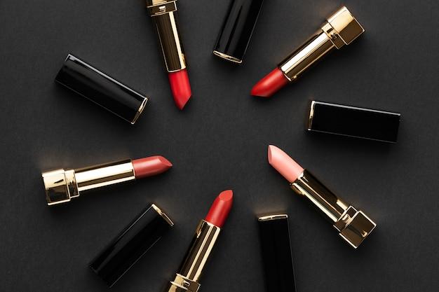 Arrangement de rouges à lèvres vue de dessus