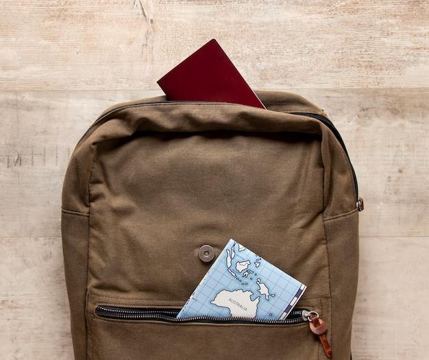 Arrangement avec sac à dos et carte