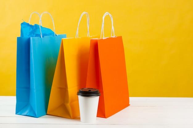 Arrangement des sacs à provisions sur jaune vif