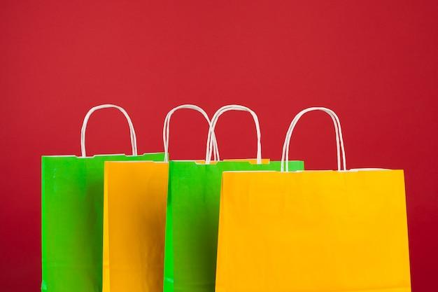 Arrangement des sacs à provisions sur le rouge