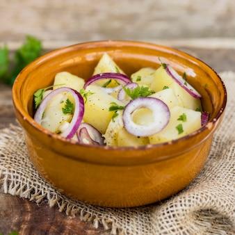 Arrangement avec salade de pommes de terre dans un bol