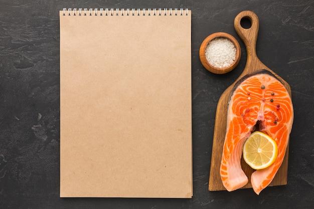 Arrangement de saumon et cahier vue de dessus
