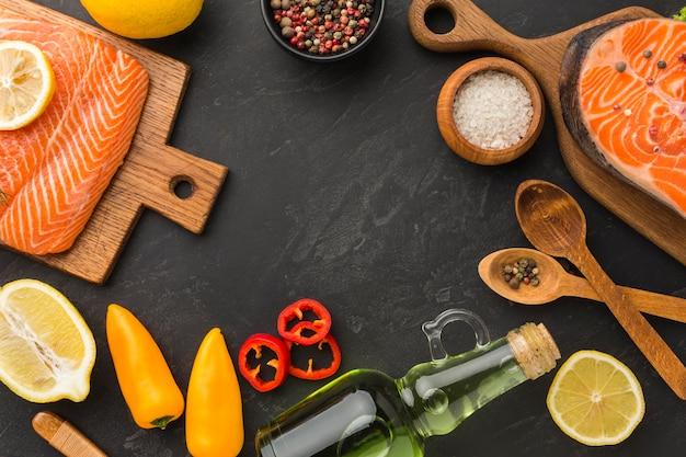 Arrangement de saumon et de citron à plat