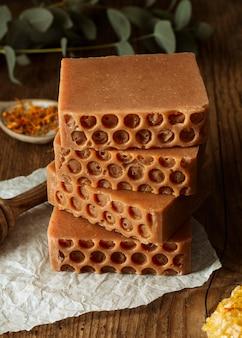 Arrangement de savon fait maison à angle élevé