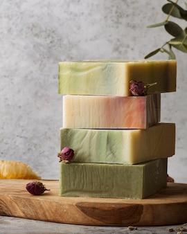 Arrangement de savon et de plantes