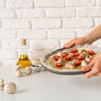 Arrangement de savoureuses pizzas en préparation