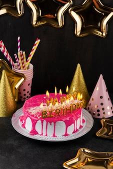 Arrangement savoureux de gâteau et de bougies