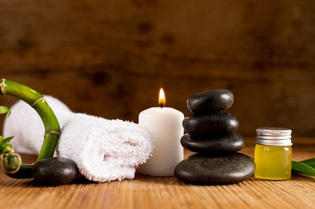Arrangement avec une serviette de spa et des pierres