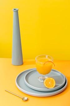 Arrangement de smoothie orange délicieux à angle élevé