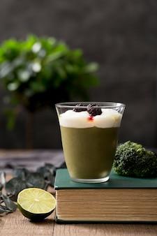 Arrangement avec smoothie vert frais