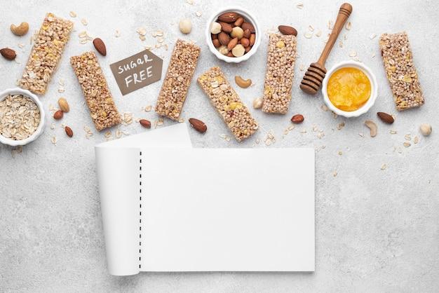 Arrangement de snack-bars sans sucre à plat