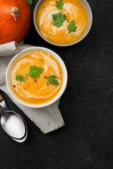 Arrangement de soupe d'automne délicieux à plat avec espace de copie