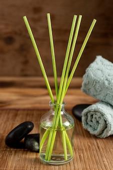 Arrangement de spa avec des bâtons et des pierres parfumés
