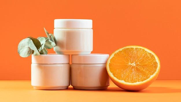 Arrangement de spa avec des contenants de crème