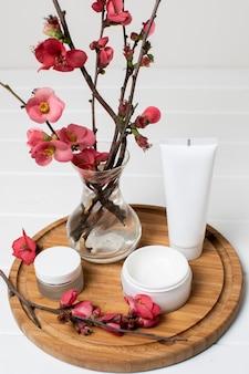 Arrangement de spa avec des fleurs et des crèmes