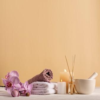 Arrangement spa avec des serviettes et des fleurs