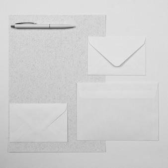 Arrangement de stylo et enveloppes vue de dessus