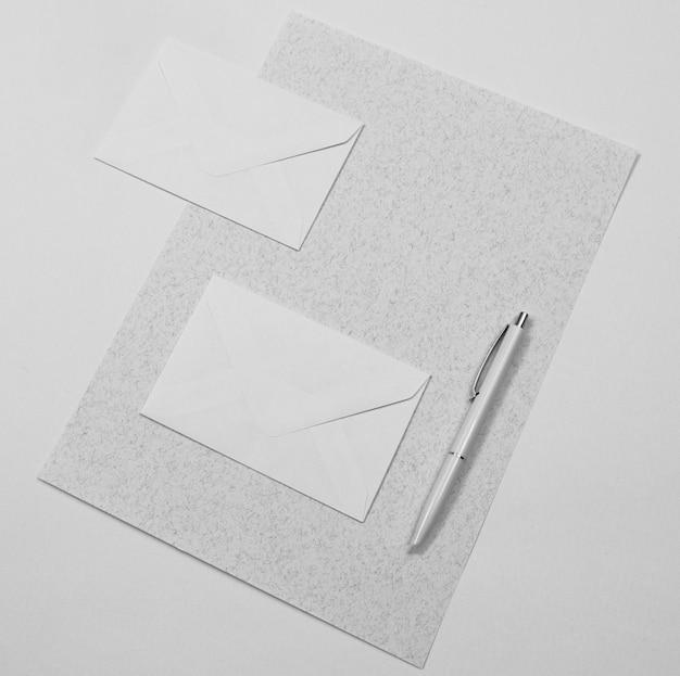 Arrangement de stylo plat et enveloppes
