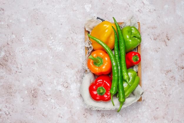 Arrangement de surface en béton coloré assortiment de poivrons frais