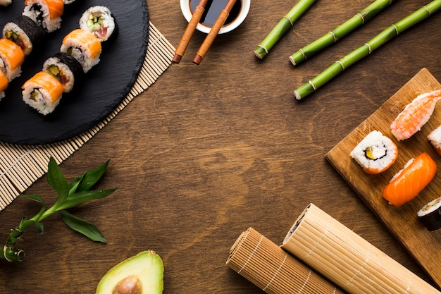 Arrangement de sushis plats avec espace de copie