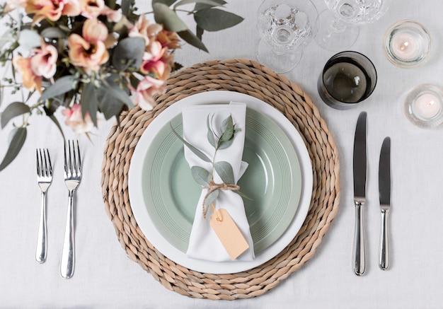 Arrangement de table avec des fleurs au-dessus de la vue