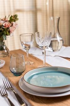 Arrangement de table avec des fleurs