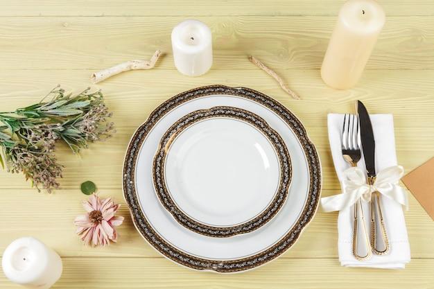 Arrangement de table de mariage avec des décorations