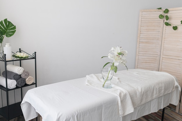 Arrangement avec table de massage