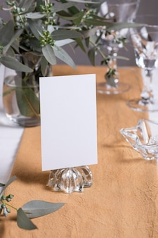 Arrangement de table avec note et plantes