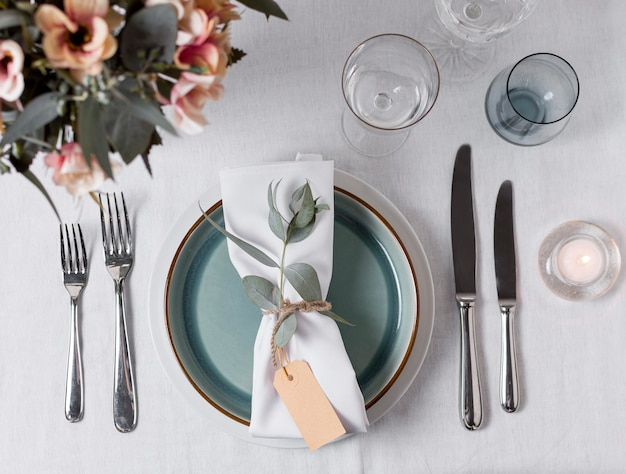 Arrangement de table à plat avec des fleurs