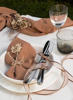 Arrangement de table avec tissu et plantes