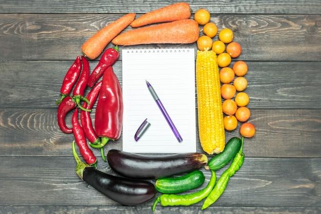 Arrangement de table d'une variété de fruits et légumes frais triés par couleurs