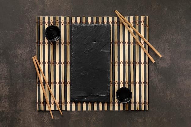 Arrangement de table de vue ci-dessus avec tasse et bâtonnets