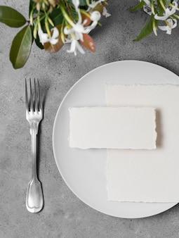 Arrangement de table vue de dessus avec des fleurs