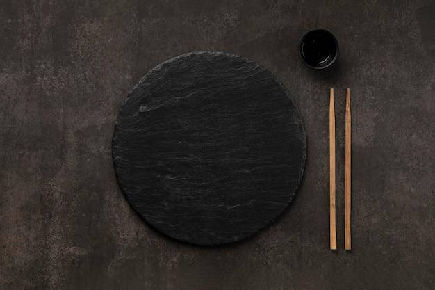 Arrangement de table avec vue de dessus de tasse et de bâtons