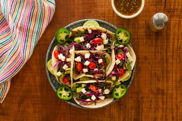 Arrangement de tacos savoureux à plat