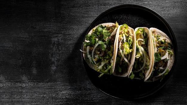 Arrangement de tacos végétariens à plat