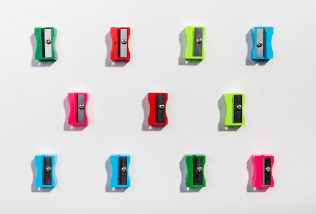 Arrangement de taille-crayons coloré sur fond minimaliste